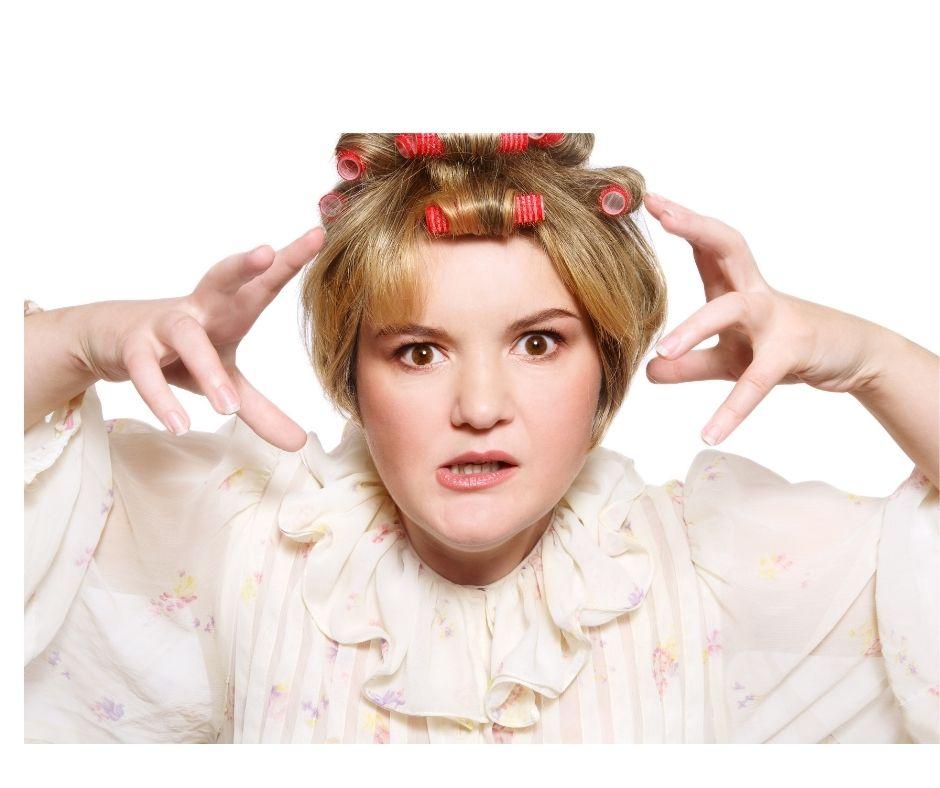Kobieta z papilotami na głowie, chce być autentyczna, a nie zbyt posłuszna, zbyt mila