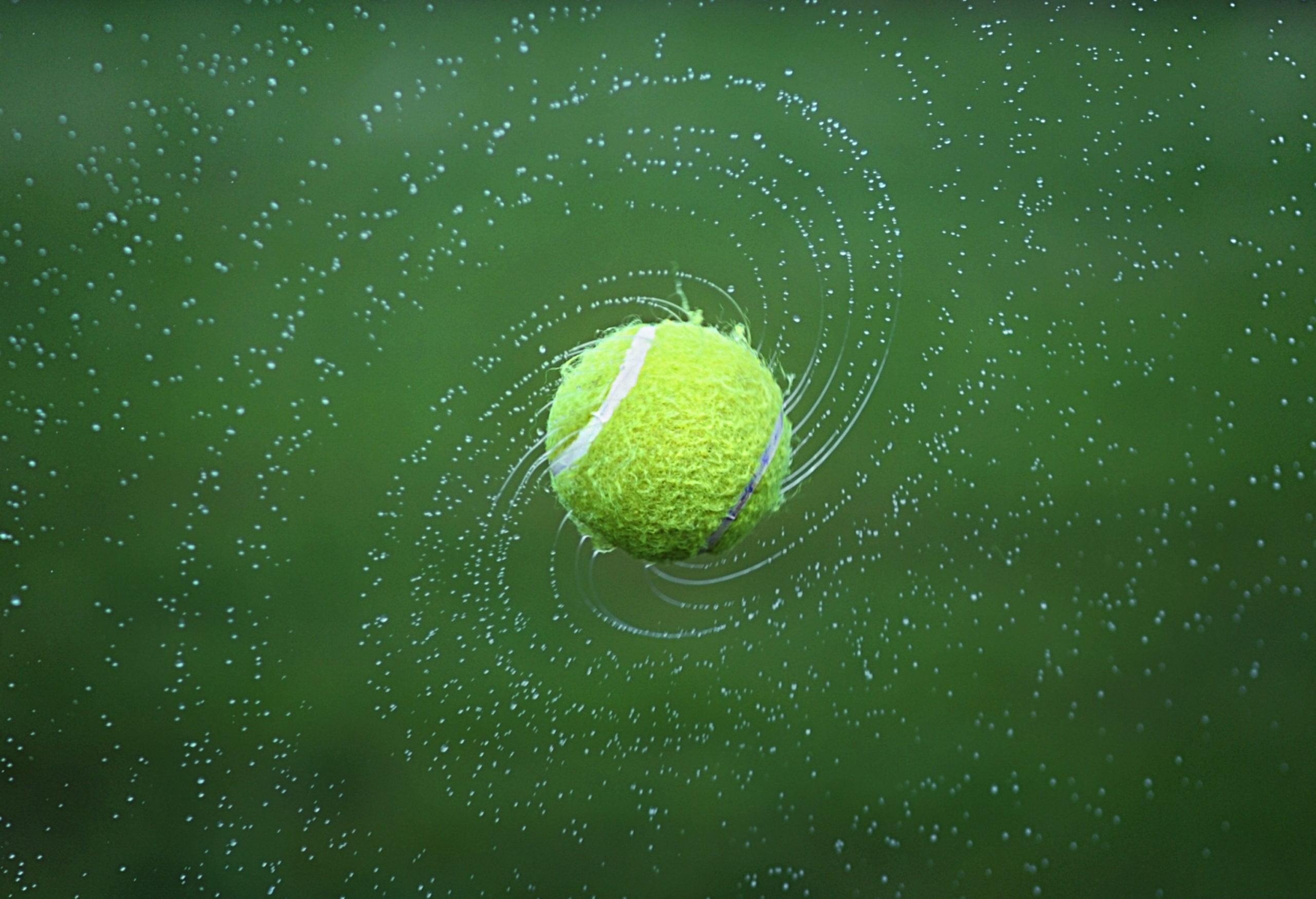 Piłeczka tenisowa pod wpływem uderzenia rusza z miejsca i zmierza w określonym celu, zostawiając ślady.