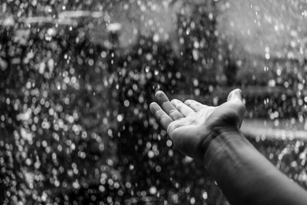 Wyciągnięta ręka mężczyzny sięgająca po coś więcej, po to co ważne w życiu i wartościowe, ku zmianie na lepsze