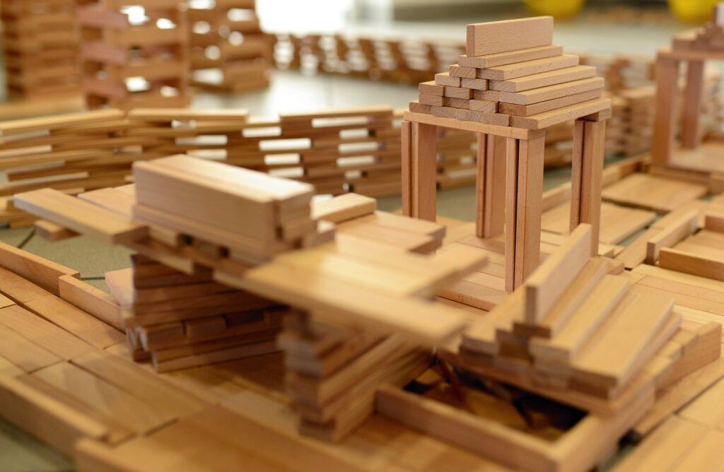 Budowla z drewnianych klocków obrazuje misterne budowanie nawyków